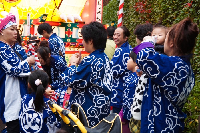 These worker-like kimono costumes are called happi.